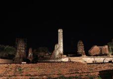 Tir de nuit de petit stupa inachevé dans les ruines des restes antiques au temple de Wat Mahathat image libre de droits