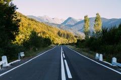 Tir de paysage de route tranquille de soirée Photos libres de droits