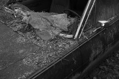 Tir de photo noire et blanche de fenêtre cassée de vieille voiture Images stock