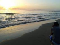 Tir de photographe au lever de soleil sur la plage Photographie stock libre de droits