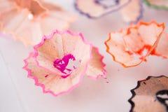 Tir de plan rapproché des copeaux colorés de crayon Image libre de droits