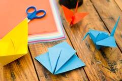 Tir de plan rapproché des papiers colorés pour faire l'art d'origami Photographie stock libre de droits