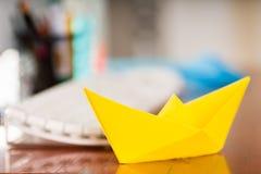Tir de plan rapproché des papiers colorés pour faire l'art d'origami Photos stock