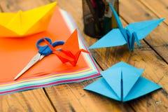 Tir de plan rapproché des papiers colorés pour faire l'art d'origami Image libre de droits