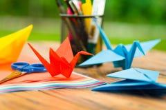 Tir de plan rapproché des papiers colorés pour faire l'art d'origami Photographie stock