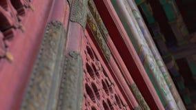 Tir de plan rapproché des portes antiques dans une partie intérieure du Cité interdite - palais antique de l'empereur de la Chine clips vidéos
