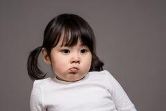 Tir de portrait de studio du bébé asiatique de 3 ans - d'isolement Image stock