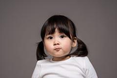 Tir de portrait de studio du bébé asiatique de 3 ans - d'isolement Images stock