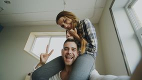 Tir de POV des couples mignons et affectueux parlant la causerie visuelle en ligne tenant le smartphone et causant aux amis tandi Photo stock
