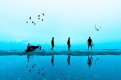 Tir de silhouette de photographe près de la plage Images libres de droits