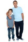 Tir de sourire d'un père et d'un fils Photographie stock libre de droits