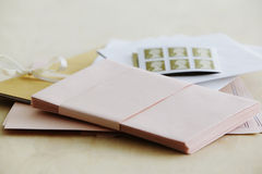 Tir de studio de papeterie de papier et de timbres photos stock