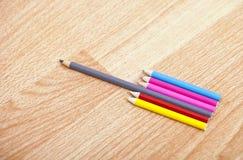 Tir de studio des crayons colorés dans une rangée Images libres de droits