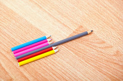 Tir de studio des crayons colorés dans une rangée Photo libre de droits