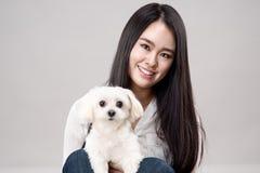 Tir de studio du jeune portrait asiatique de femme - d'isolement Image stock