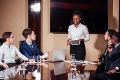 Tir de Tableau de Leads Meeting Around de femme d'affaires image libre de droits