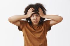 Tir de taille- de la femme déprimée tracassée et fatiguée d'afro-américain avec sentiment Afro de coiffure contrariée et épuisée photo stock