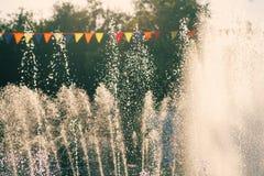 Tir de vacances de vintage Les jets d'une ville garent la fontaine et les drapeaux colorés Photo libre de droits
