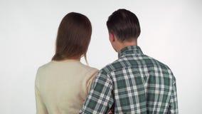 Tir de vue arrière d'un couple affectueux touchant avec leurs nez tout en étreignant clips vidéos