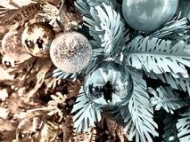Tir des boules sur un arbre de Noël photographie stock