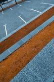 Tir diagonal de Conceprual du parking gris différant de l'herbe d'automne photos stock