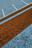 Tir diagonal de Conceprual du parking gris différant de l'herbe d'automne photo libre de droits