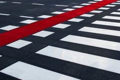 Tir diagonal du passage pour piétons avec la ruelle rouge de vélo Image libre de droits