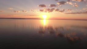 Tir doux du bourdon au coucher du soleil au-dessus de la rivière Coucher du soleil au-dessus du fleuve La réflexion du soleil dan clips vidéos