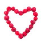 Tir en forme de coeur de framboises mûres fraîches macro Image stock