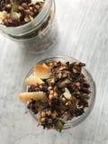 Tir en gros plan aérien de granola dans un pot Photographie stock libre de droits