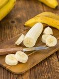 Tir en gros plan découpé en tranches de bananes, foyer sélectif Images stock