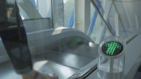 Tir en gros plan d'indicateur avec clignoter la fl?che verte sur l'escalator fonctionnant Signe laissant passer banque de vidéos