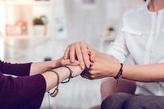 Tir en gros plan d'un psychologue f?minin et des mains se tenantes patientes image libre de droits