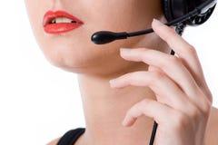 Tir en gros plan d'un travailleur de ligne directe parlant dans un microphone photos stock
