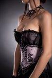 Tir en gros plan d'une femme d'une forte poitrine dans le corset victorien élégant Images stock
