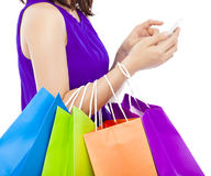 Tir en gros plan d'une personne tenant et touchant un téléphone portable Photos stock