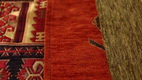 Tir en gros plan de chariot de textiles fins - tir de cheminement de gauche à droite lent