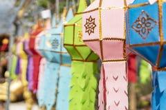 Tir en gros plan de décoration colorée de lanterne de prière de lanna dans les cérémonies photo stock