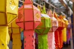 Tir en gros plan de décoration colorée de lanterne de prière de lanna dans les cérémonies photos libres de droits