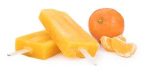 Tir en gros plan de glaces à l'eau de mandarine d'isolement sur le blanc Image libre de droits