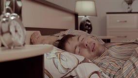 Tir en gros plan de l'homme somnolent ayant des cauchemars Il tourne, obtient sous la couverture et dort pas bien banque de vidéos