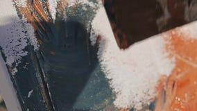 Tir en gros plan de l'image abstraite moderne de peinture de la main de l'artiste masculin appliquant le mélange arcrylic de pein banque de vidéos
