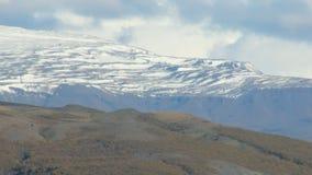 Tir en gros plan de la langue énorme du glacier islandais, couverte par la vieilles glace et cendres clips vidéos