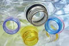 Tir en gros plan de la pile de bouteilles en plastique recyclables sur le fond blanc Photographie stock