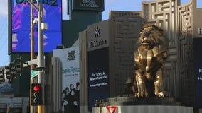Tir en gros plan de Lion Statue d'or de casino de Las Vegas banque de vidéos