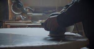 Tir en gros plan de machine de meulage polissant le conseil en bois à l'usine en bois banque de vidéos