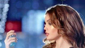Tir en gros plan de parfum de pulvérisation de femme de luxe sur son cou et apprécier le mouvement lent d'arome banque de vidéos