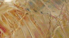 Tir en gros plan de peindre la toile avec une spatule à la plage de mer de lever de soleil de caillou Mouvement lent clips vidéos