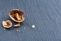 Tir en gros plan de vue supérieure des noix criquées sur le fond foncé, profondeur de champ, macro Photos stock