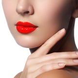 Tir en gros plan des lèvres de femme avec le rouge à lèvres rouge brillant Image stock